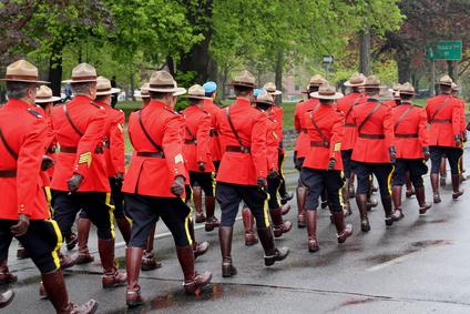 パレードで行進しているカナダの馬警察