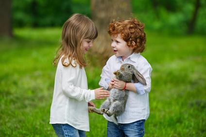 うさぎと遊ぶ男の子と女の子