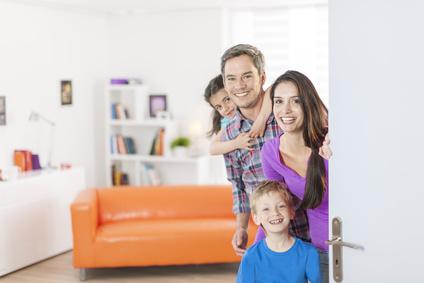 玄関で家に招く家族