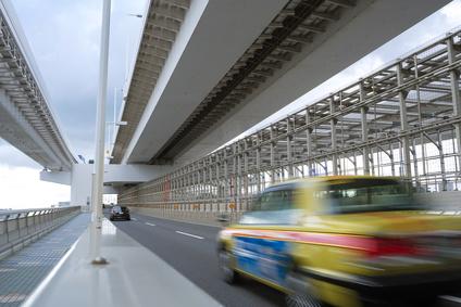 高速道路を走るタクシー