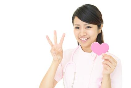 ハートマークを持つ笑顔の看護師