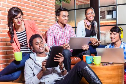 キャンパスで学ぶ大学生のグループ