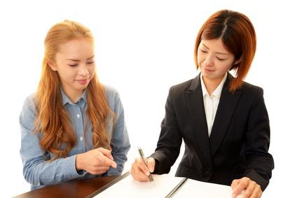 外国語を勉強する女性