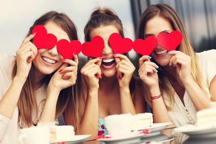 カフェでハートを持っている3人の女性