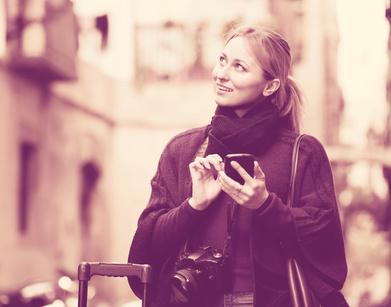 携帯電話をもつ若い女性