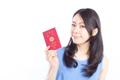 パスポートを持った女性