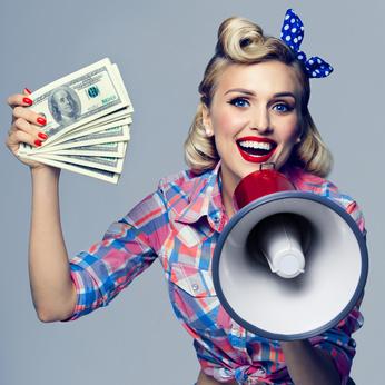 お金とメガホンをもつ微笑んでいる女性