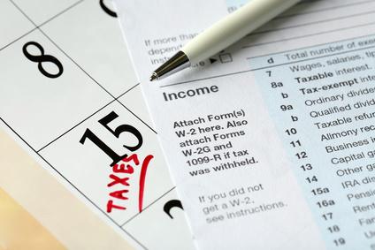 カレンダーと税金申告書