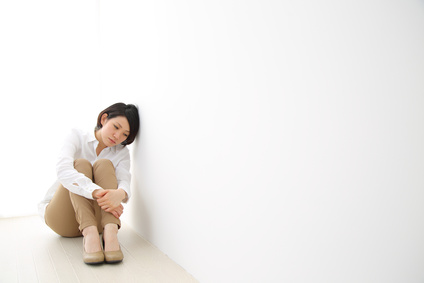 体育座りで孤独な女性