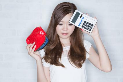 電卓と空っぽの財布