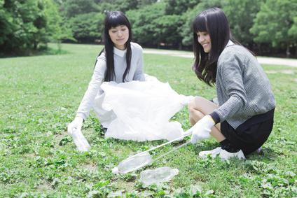 清掃活動をする学生たち