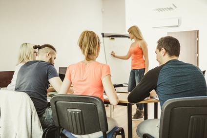 教室で英語を学ぶ生徒