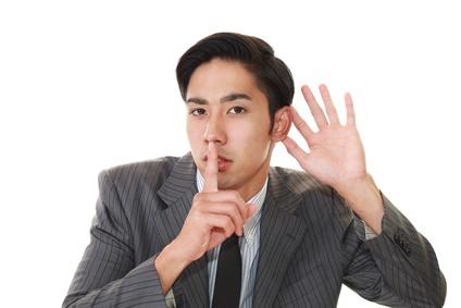 唇に指を当てる男性