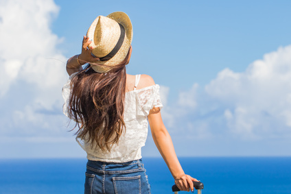 海と旅をする女性