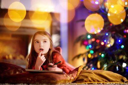 サンタに手紙を書く女の子